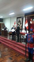 El Encargado de Negocios A.I. Francisco Ferro recibe la distinción de manos del Presidente del Insituto Sanmartiniano del Perú.